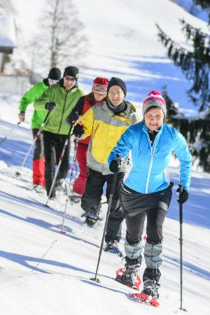 camminare nella neve con ciaspole