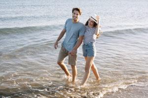 camminare in riva al mare
